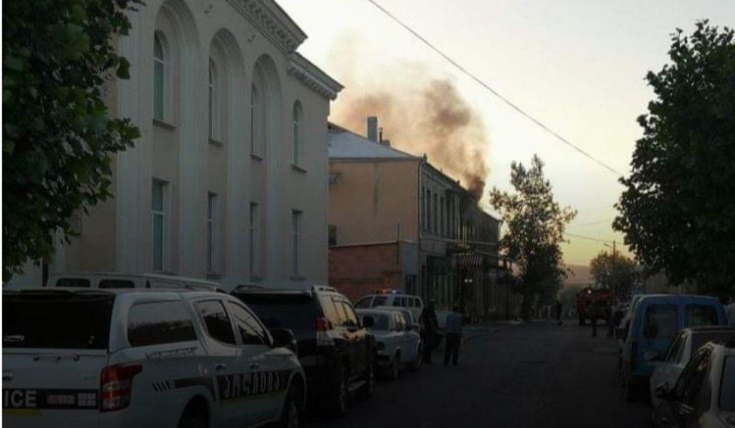 Տեսանյութ.Ախալքալաքում հրդեհվել է չորս տուն և հյուրանոց, կա մեկ սպանված և վիրավորներ՝ կրքերը չեն հանդարտվում